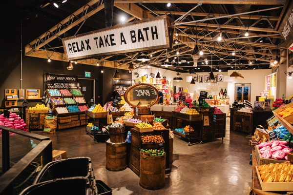 Premium beauty news lush ouvre sa plus grande boutique for Arredo martinez