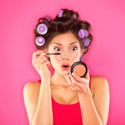 La mise en scène de soi sur les réseaux sociaux joue un rôle clef dans la  croissance des ventes de maquillage dans le monde. 96faf317df53