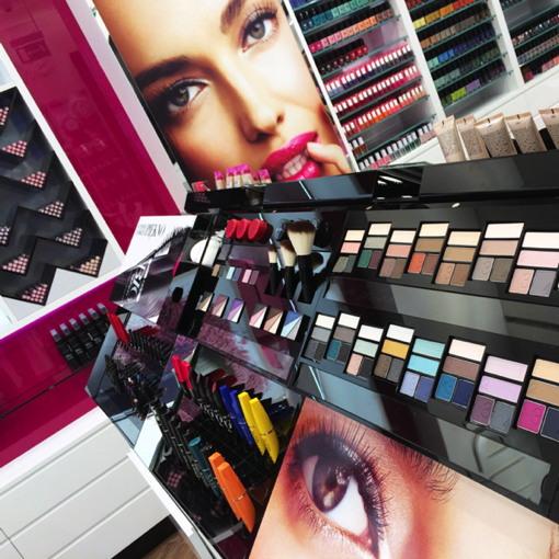 Avon Cosmetics opens first retail showcase in Poland