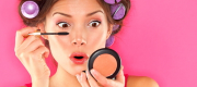 Self-staging on social media plays a key role in the rise of global makeup sales. Photo: © Ariwasabi / shutterstock.com